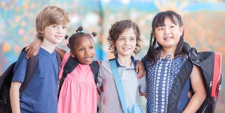 escuela primaria: Amistad en la escuela primaria. Ni�os felices. Foto de archivo