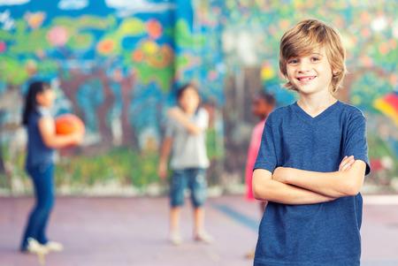 escuelas: Los niños de primaria jugando al baloncesto. Concepto de la amistad.