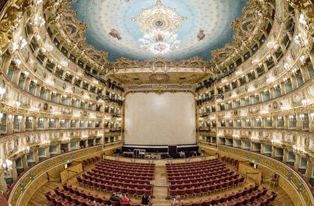 """VENECIA - 7 DE ABRIL DE 2014: Interior del Teatro La Fenice. Teatro La Fenice, """"El Fénix"""", es un teatro de la ópera, uno de los más famosos y famosos hitos en la historia del teatro italiano. Editorial"""