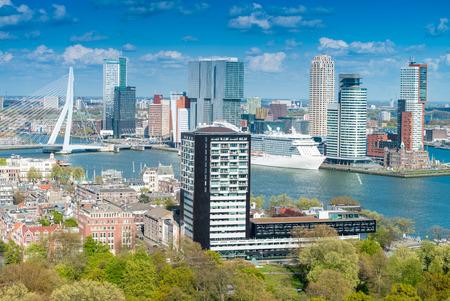 Rotterdam, Nederland. Skyline van de stad op een mooie zonnige dag.