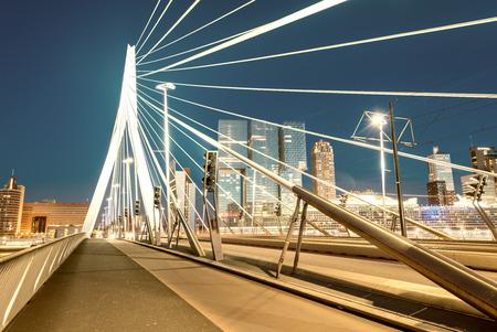 로테르담 밤의 스카이 라인, 네덜란드. 스톡 콘텐츠