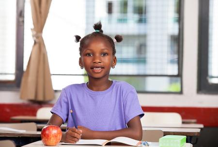 niños africanos: chica afroamericano en la escuela primaria. Foto de archivo