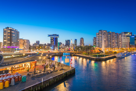 Rotterdam skyline de nuit, Pays-Bas.