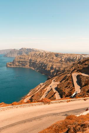 empedrado: Una carretera asfaltada curva por una ladera hacia el oc�ano Foto de archivo