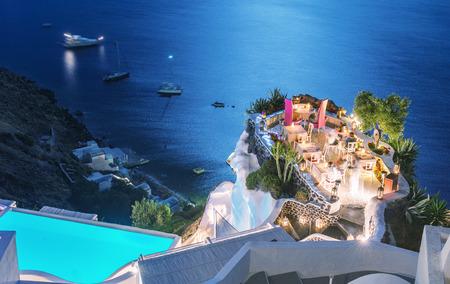 Terras van het restaurant over de oceaan 's nachts. Luxe en vakantie concept.