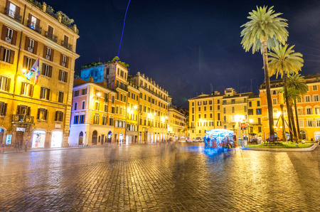 spagna: ROME - MAY 20, 2014: Tourists in Piazza di Spagna at night. The city is visited by more than 10 million people every year. Editorial