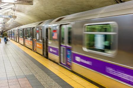 plataforma: Estación de metro de Nueva York en movimiento rápido.