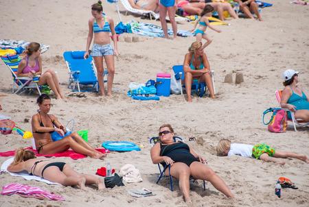 persone relax: MIAMI, CIRCA aprile 2009: La gente rilassarsi sulla spiaggia. Miami clima � perfetto per la spiaggia ogni mese. Editoriali