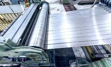 bobina: Máquina industrial de corte de acero. Negocios y concepto industrial.
