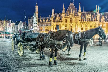 Paardenkoets in Marktplein in Brugge, België.