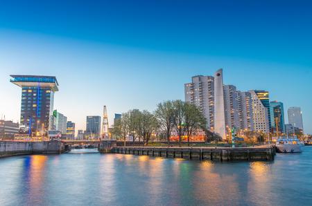 defined: Rotterdam � una citt� definita da un'architettura moderna - skyline di notte.
