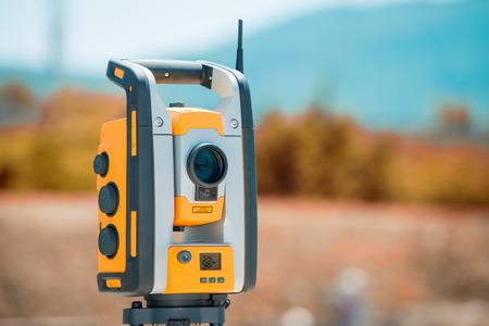 topógrafo: Equipos Surveyor taquímetro o teodolito al aire libre en el sitio de construcción.