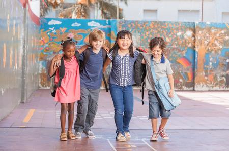 niño escuela: Niños felices abrazando y jugando en múltiples escuela cultural.