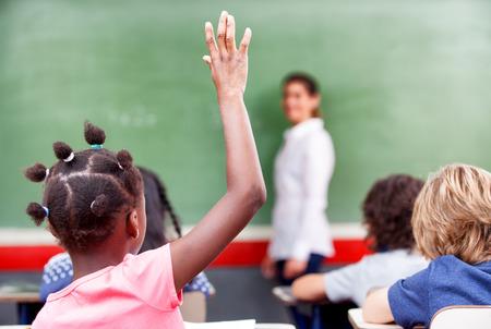 초등학교 다중 민족적인 교실에서 초등학교 모금 손에서 행복 학생입니다.