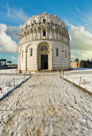 piazza dei miracoli: Baptistery in Piazza dei Miracoli, Pisa, Italy