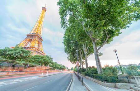 la tour eiffel: PARIS - JUNE 11, 2014: Illuminated Eiffel Tower at night. La Tour Eiffel is the most visited landmark in France. Editorial