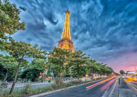 la tour eiffel: PARIS - JUNE 11, 2014: Lights of Eiffel Tower at night. La Tour Eiffel is the most visited landmark in France.