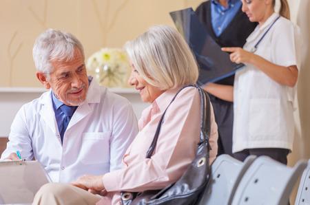pacientes: Los m�dicos y los pacientes en la sala de espera del hospital.