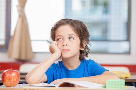 Thinking kid in the classroom. Imagens - 45149453