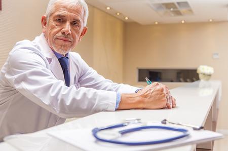 Expression expert Inquiet mâle médecin avec son stéthoscope au premier plan. Banque d'images - 45149492