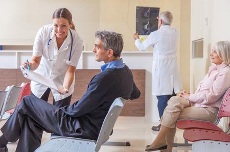 paciente: Los médicos y los pacientes en la habitación del hospital.