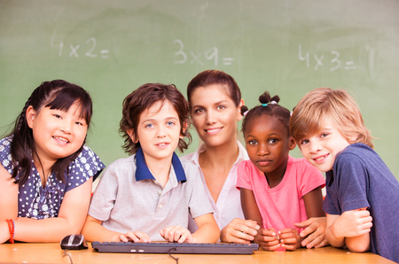 ethic: Multi etica Aula della scuola primaria con l'insegnante. Archivio Fotografico
