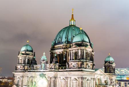 dom: Berliner Dom. Berlin cathédrale de la ville la nuit. Banque d'images