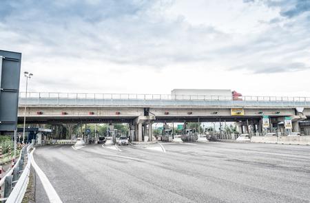 schlagbaum: Pisa, Italien - 2. Oktober 2015: Interstate Turnpike mit Autos. Autostrade ist ein Netz von 2900 km in Italien.