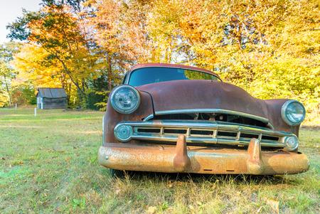 carro antiguo: Accidente de coche viejo en un campo campo.
