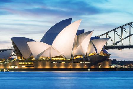 SYDNEY - 12 octobre 2015: Le Iconic Sydney Opera House est un multi-lieu centre des arts contenant aussi des bars et restaurants en plein air.