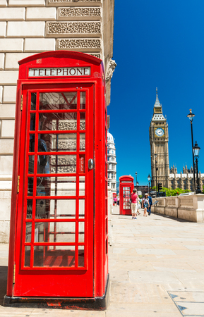 cabina telefonica: Classic red phone booth of London in front of Big Ben. Foto de archivo