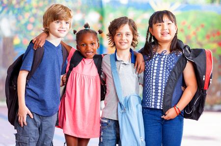 niños saliendo de la escuela: Grupo de niños que van a la escuela juntos.