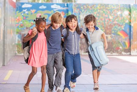 niños felices: grupo étnico multi de los niños que juegan juntos. El éxito y el concepto de integración.