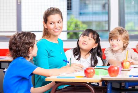 maestra preescolar: Profesor con múltiples aula de primaria étnica.