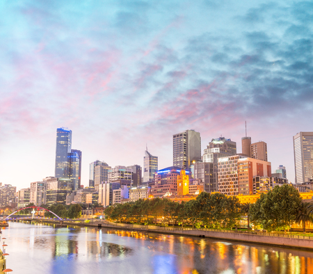 Skyline of Melbourne at dusk time, Australia. 免版税图像