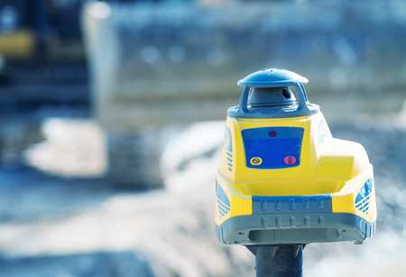 topógrafo: equipo del topógrafo taquímetro teodolito al aire libre en el sitio de construcción.