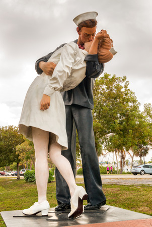 """SARASOTA, FL - 13 januari: Het beeld met de titel """"onvoorwaardelijke overgave"""" in het centrum van Sarasota, Florida op 13 januari 2016. Het standbeeld werd aangereden door een auto en verwijderd voor reparaties op 27 april 2012."""