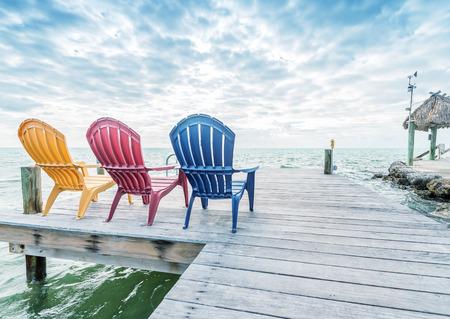 silla de madera: Sillas vacías, relajarse concepto.