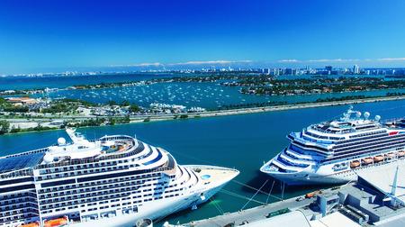 MIAMI - 27 februari 2016: Cruise schepen in de haven van Miami. De stad is een belangrijke bestemming voor cruisemaatschappijen