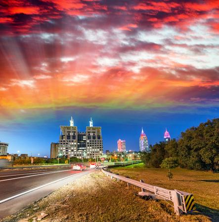 Rues de Mobile après le coucher du soleil, Alabama. Banque d'images