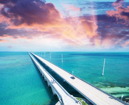 Puesta del sol sobre el puente Cayos de Florida.