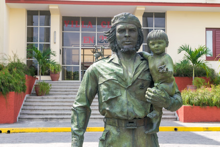 guerilla: SANTA CLARA, CUBA - APRIL 10: statue of Guevara with a child in Santa Clara on April 10, 2016. This statue was made in 1997 to celebrate the entry of Guevara in Santa Clara on December 28, 1958. Editorial