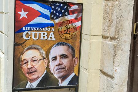 bandera cuba: LA HABANA, CUBA - ABRIL 8, 2016: cartel en la calle de la ciudad muestra al presidente estadounidense Obama hist�rica visita a La Habana, Cuba. Editorial