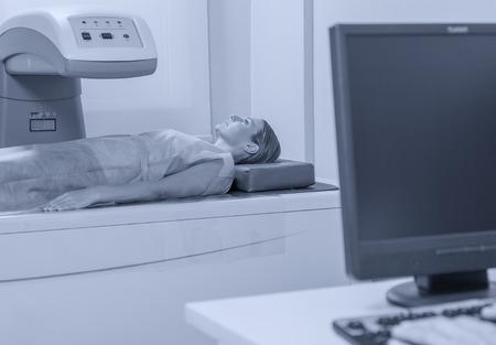 Mujer en los 40 sometidos a resonancia magnética abierta con el médico responsable. Foto de archivo