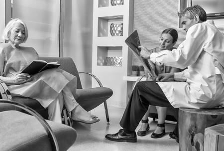 pacjent: Szpital poczekalnia z pacjentami i lekarza.