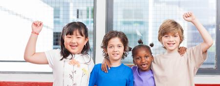 Travailler ensemble à l'école primaire. Intégration et concept multiethnique.