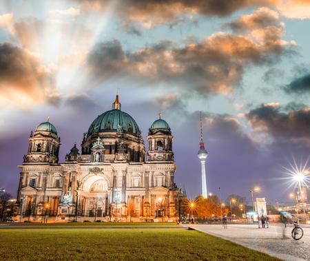 dom: cathédrale de Berlin dans la nuit, Berliner Dom - Allemagne. Banque d'images