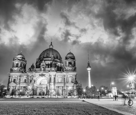 dom: Amazing night colors of Berliner Dom, City Cathedral. Banque d'images