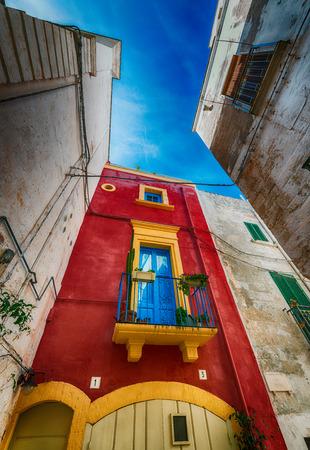 yegua: Hogares coloridos de Polignano a Mare, Puglia - Italia.