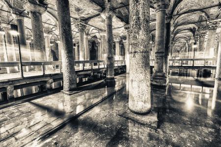 """cisterna: La Cisterna Bas�lica ( """"Palacio Hundido"""", o """"Hundido Cisterna""""), es la mayor de las antiguas cisternas que se encuentran debajo de Estambul. Editorial"""